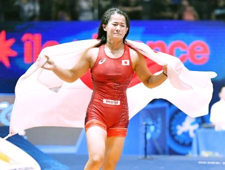 女子55キロ級で初出場優勝し、日の丸をまとい感極まった表情の奥野春菜=パリ(共同)