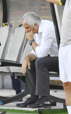 イラクと引き分け、ベンチに座り込むハリルホジッチ監督=テヘラン(共同)