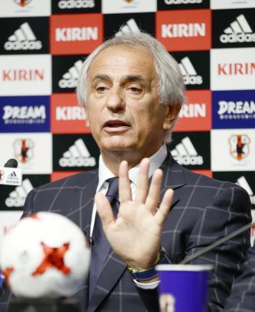 サッカー日本代表メンバーを発表し、記者会見するハリルホジッチ監督=24日、東京都文京区