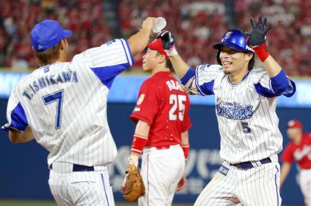 9回、3試合連続サヨナラとなる二塁内野安打を放ち、喜ぶDeNA・倉本(5)=横浜