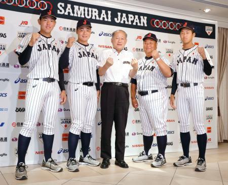 記者会見でポーズをとる、高校日本代表の清宮主将(左から2人目)と徳山(右端)ら=24日、千葉県内のホテル