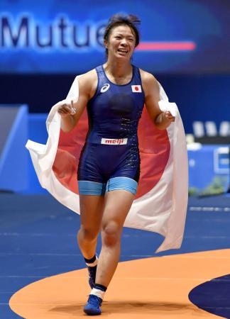 女子60キロ級で優勝し、日の丸をまとい場内を走る川井梨紗子=パリ(共同)