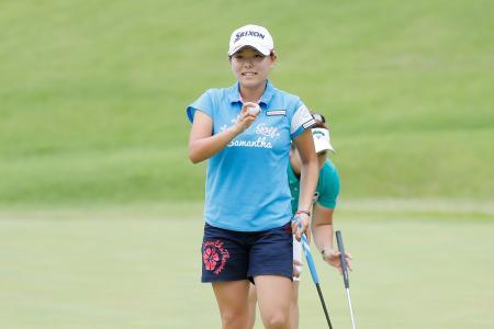 女子ゴルフのステップアップツアー、山陰合同銀行Duoカード・レディース最終ラウンド、最終18番を終え、笑顔を見せる勝みなみ=25日、鳥取県大山平原GC(ゲッティ=共同)
