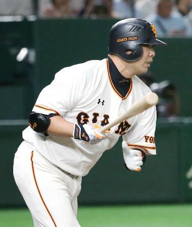 5回巨人2死一、二塁、阿部が右前に勝ち越し打を放つ=東京ドーム