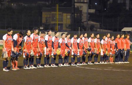 1次リーグ初戦で、カナダに快勝した日本=高崎市城南野球場
