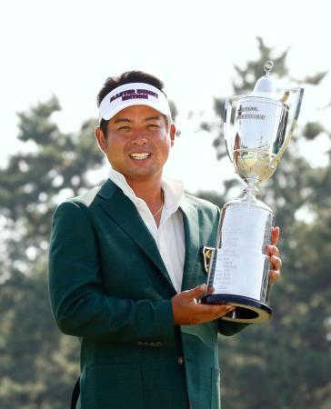 優勝カップを手に笑顔を見せる今季初勝利の池田勇太=芥屋GC