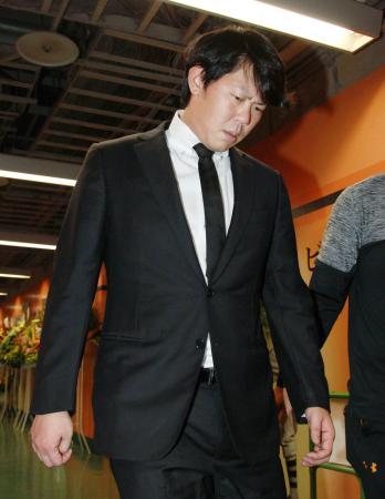 19日、高橋監督やチームメートに謝罪後、厳しい表情で引き揚げる巨人の山口俊投手=東京ドーム