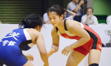 全日本学生選手権女子58キロ級を制した奥野春菜(右)=駒沢体育館