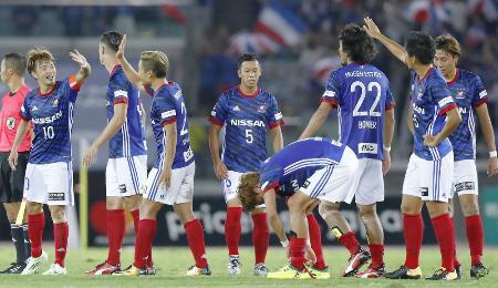 FC東京を破り喜ぶ斎藤(左端)ら横浜Mイレブン=日産スタジアム