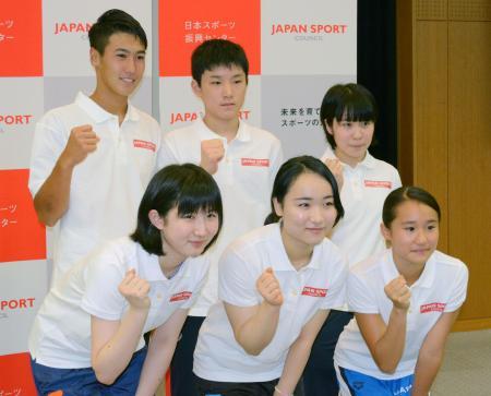 若手選手を海外で強化する事業の対象に選ばれ、ポーズをとる(前列左から)卓球女子の早田ひな、伊藤美誠と飛び込み女子の金戸凜(後列左から)テニス男子の綿貫陽介、卓球男子の張本智和と同女子の平野美宇=30日、東京都内