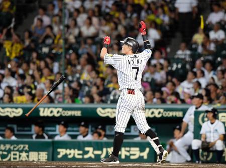 10回阪神2死、糸井が右中間にサヨナラ本塁打を放つ=甲子園