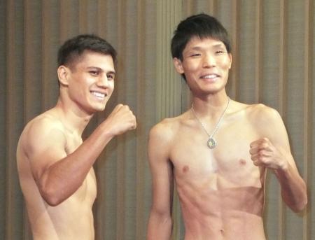 WBAスーパーバンタム級タイトルマッチの前日計量を終え、ポーズをとる久保隼(右)とダニエル・ローマン=2日、京都市