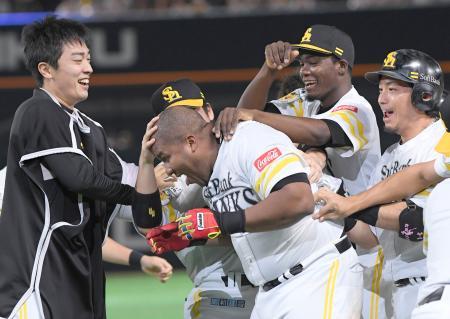 9回、サヨナラ打を放ったデスパイネ(左から2人目)と喜ぶ(左から)和田、(1人おいて)モイネロ、松田らソフトバンクナイン=ヤフオクドーム