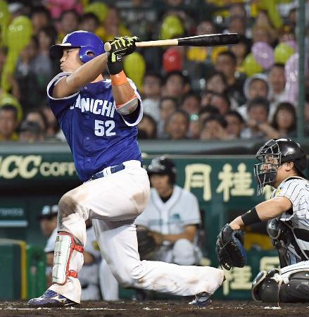 7回中日2死一、二塁、武山が中越えに勝ち越しの2点二塁打を放つ=甲子園