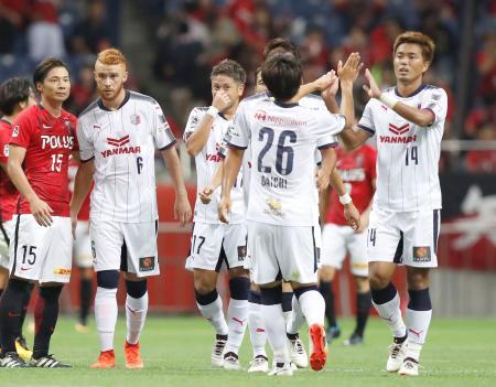 準決勝進出を決め、喜ぶ丸橋(14)らC大阪イレブン=埼玉スタジアム