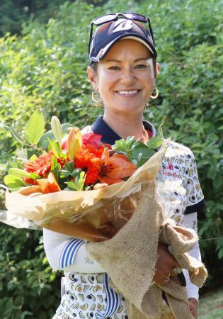 ポートランド・クラシックの最終ラウンドでホールアウトし、花束を受け取った宮里藍選手=3日、米ポートランドのコロンビアエッジウオーターCC(共同)