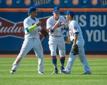 地元ニューヨークでの初戦となったフィリーズ戦で勝利し、チームメートと喜ぶメッツの青木(右)=4日、ニューヨーク(USA TODAY・ロイター=共同)