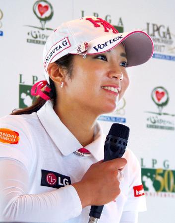 ゴルフの日本女子プロ選手権の開幕を前に意気込みを語るイ・ボミ=6日、安比高原GC