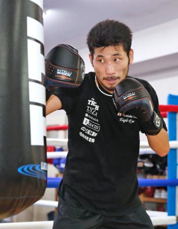 IBFスーパーバンタム級世界戦に向け、調整する挑戦者の岩佐亮佑=千葉県柏市のセレスジム