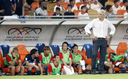 サッカーW杯アジア最終予選のサウジアラビア戦で、後半、ベンチ前で険しい表情を見せるハリルホジッチ監督=5日、ジッダ(共同)