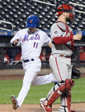 フィリーズ戦の5回、安打で出塁し、後続の犠飛で生還するメッツ・青木=ニューヨーク(AP=共同)