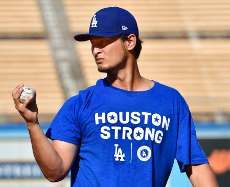 ハリケーン被害を受けたヒューストンへの支援を訴えるTシャツを着て、調整するドジャースのダルビッシュ=ロサンゼルス(共同)