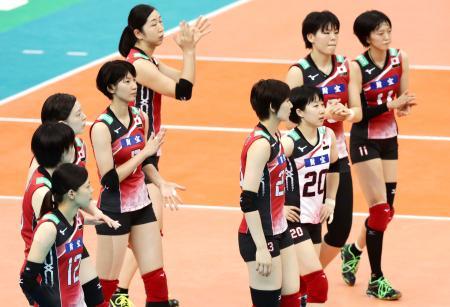 米国に惜敗し、引き揚げる日本の選手たち=名古屋市ガイシプラザ