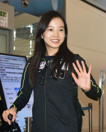 米国へ出発する本田真凜=10日午後、関西空港