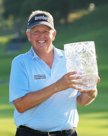 米シニアゴルフのチャンピオンズツアー・JAL選手権で優勝し、カップを手に笑顔のコリン・モンゴメリー=成田GC