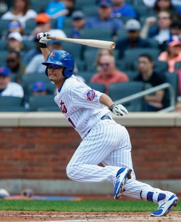 三回の打席で打球の行方を見守るメッツの青木=10日、ニューヨーク(ゲッティ=共同)