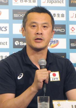 バレーボールのワールドグランドチャンピオンズカップ男子大会の開幕を前に、記者会見する日本の中垣内監督=11日、名古屋市
