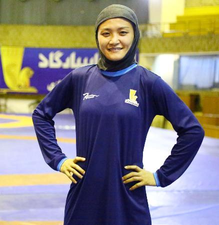 11日、イランの首都テヘランの練習場で、髪などを覆う練習着姿でポーズをとる伊調馨選手(共同)