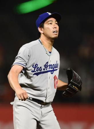 ジャイアンツ戦の2回、パーカーに本塁打を浴び、打球の行方を見るドジャース・前田=サンフランシスコ(共同)