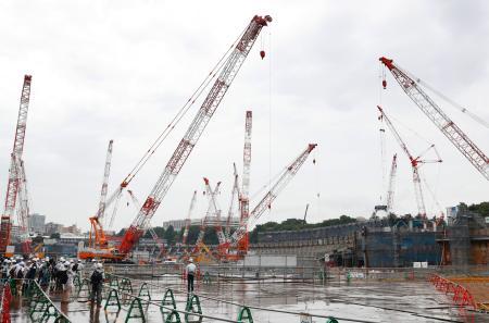 報道陣に公開された新国立競技場の建設現場=12日午後、東京都新宿区