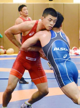 レスリング男子日本代表の強化合宿で、スパーリングで相手と組む文田健一郎(左)=東京都北区の味の素ナショナルトレーニングセンター