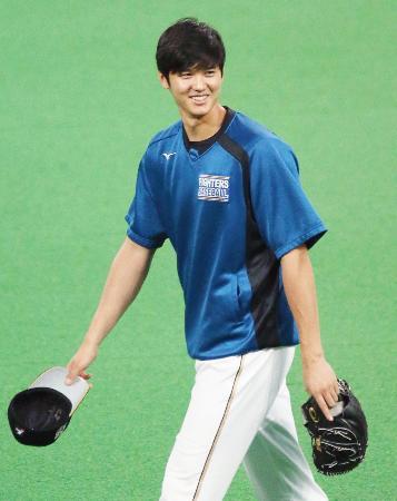 試合前の練習で笑顔を見せる日本ハムの大谷翔平選手=13日、札幌ドーム