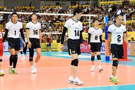 フランスに0―3で敗れ、肩を落とす石川(14)ら日本=名古屋市ガイシプラザ