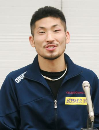 王座奪取から一夜明け、記者会見するIBFスーパーバンタム級新王者の岩佐亮佑=14日、大阪市