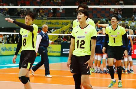 イタリアに敗れ、肩を落とす柳田(左端)ら日本=大阪市中央体育館