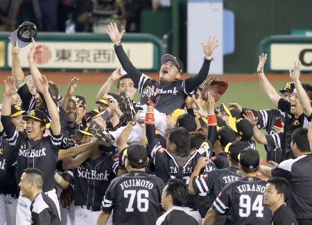 2年ぶりのパ・リーグ優勝を決め、胴上げされるソフトバンクの工藤公康監督=16日、埼玉県所沢市のメットライフドーム