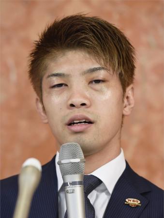 両目の眼窩底骨折の診断を受け、記者会見するWBOライトフライ級王者の田中恒成=20日、名古屋市