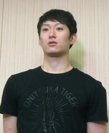 欧州への出発を前に取材に応じるバレーボール日本男子代表の柳田将洋=20日、成田空港
