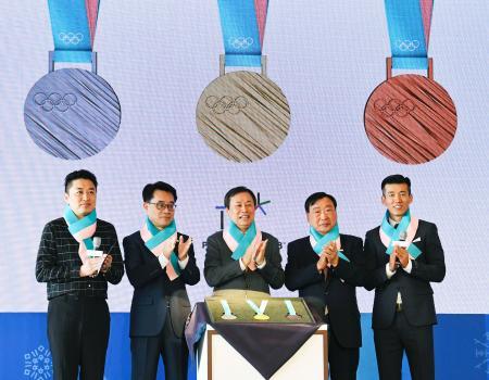 21日、ソウル市内で開かれた平昌冬季五輪のメダル公開セレモニー(共同)