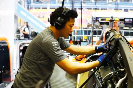 マクラーレンのマシンを整備するホンダのメカニック。かつての「黄金コンビ」は5年でその関係を終えることになった=Honda