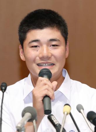 記者会見でプロ志望を表明する早実高の清宮幸太郎選手=22日午後、東京都内