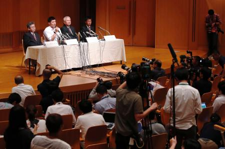 早実高の清宮幸太郎選手(奥左から2人目)がプロ志望を表明した記者会見=22日午後、東京都内