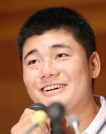 記者会見でプロ志望を表明し、笑顔を見せる早実高の清宮幸太郎選手=22日午後、東京都内