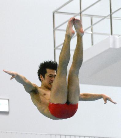 男子3メートル板飛び込みで3連覇を果たした坂井丞=金沢プール
