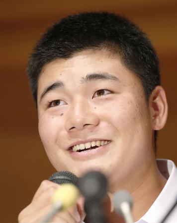 記者会見でプロ志望を表明し、笑顔を見せる早実高の清宮幸太郎選手=9月22日午後、東京都内