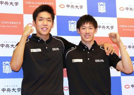 記者会見でポーズをとるバレーボール男子日本代表の石川祐希(右)と大竹壱青=26日、東京都内